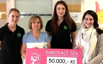Volejbalistky předaly Nadačnímu fondu dětské onkologie 50 000 korun